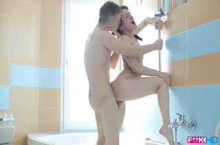Парниша прямо в ванной красиво отымел подругу