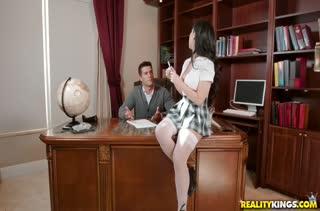 Сучка Jade Kush активно трахается с парнем на столе