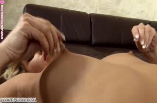Беловолосая азиатка подарила себе оргазм мастурбацией