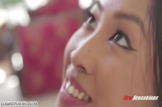 Молодая азиатская подружка ловко скачет на пенисе верхом