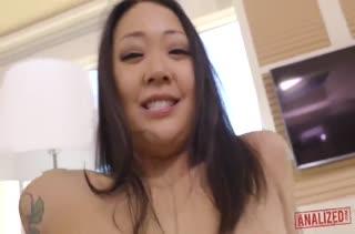 Азиатка в красивом боди трахается в попку