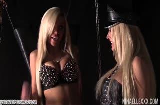 Nina Elle и Helly Mae Hellfire устроили порно с цепями