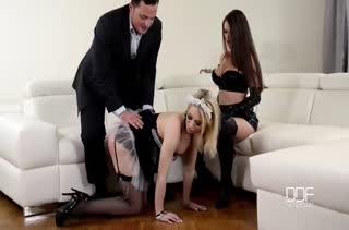 Муж с женой приобщают домработницу к своим извращениям