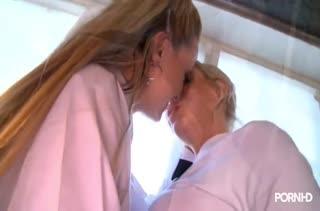 Красивые студентки лесбиянки прогуливают пары