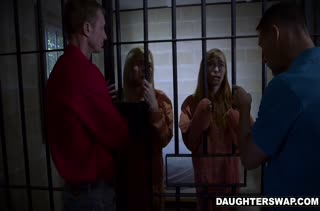 Заключенные телочки трахаются не выходя из камеры