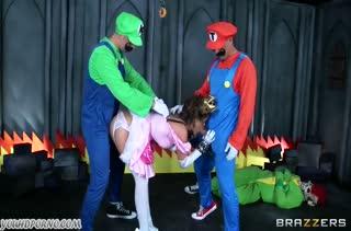Братья Марио насадили на большие члены красивую принцессу