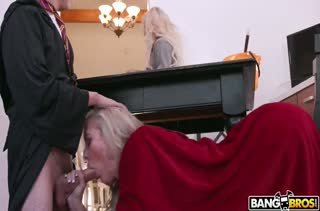 Две блондинки тянутся к члену молодого парня
