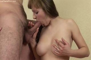 Женушка робко примеряется к пенису муженька
