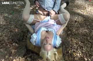 Сексуальной доярке блондинке присунули прямо на улице