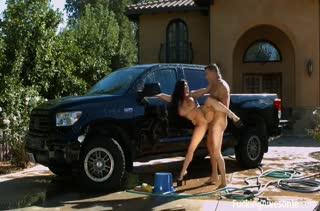 Мамочку с большими сиськами сосед прет в кузове машины