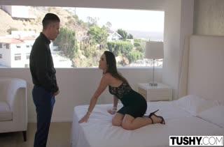 Муженек изменил жене с горячей соседкой Kelsi Monroe