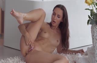 Сочная брюнетка попробовала на писечке секс игрушку