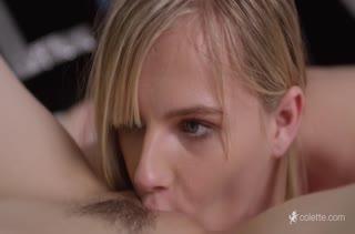 Молодые телочки занялись романтическим сексом в кроватке