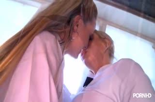 Блондинки устроили групповуху с секс игрушкой