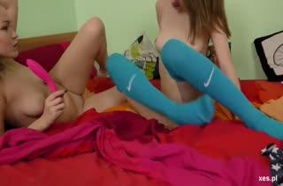 Молодые лесбиянки нежно стонут от секс игрушки