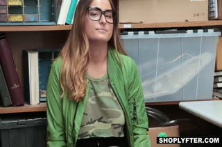Dakota Rain проходит порно кастинг в подсобке