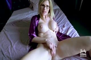Блондинка показала большие сиськи и примерилась к члену