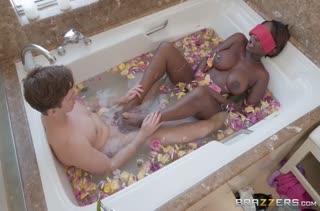 Молодой пацан застал в ванной Osa Lovely