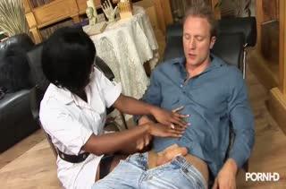 Jasmine Webb громко стонет от секса с белым