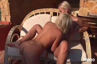 Блондинки лесбиянки сделали друг другу порно массаж