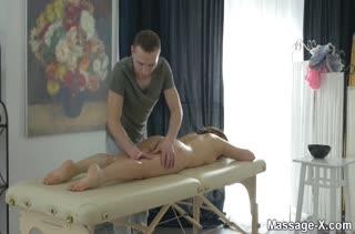 Миленькая пациентка громко стонет от секса на массаже