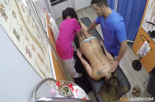 Мужик отшпилил пациентку и свою ассистентку