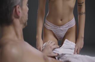 Tiffany Tatum романтично обращается с пенисом мужика