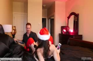 Деваха снимает с парнем новогоднюю оргию