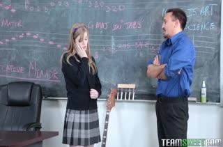 Студентка без вопросов делает минет преподавателю