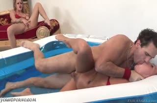 Жесткое порно с девками в надувном мини бассейне