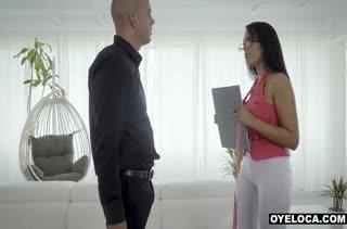 Пошлая подружка сама полезла в штаны к мужику