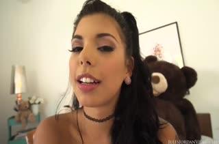 Молодой шлюшке Gina Valentina нужны очень большие пенисы