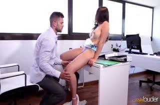 Развратницы Frida Sante устроила с коллегой порно в офисе