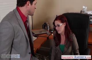 Рыженькая Penny Pax прыгает верхом на своем директоре