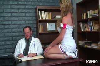 Перед красоткой в секс наряде медсестры невозможно устоять