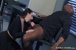 Сочная Angela White в чулках трахается прямо на столе
