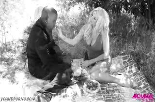 Гламурная блондинка старательно обслуживает черный стояк