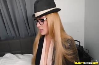 Сисястую блондинку Sloan Harper жарит от первого лица
