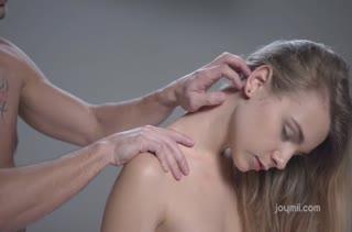 После нежного массажа русская блонди завелась на порно