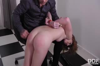 Мужик связывает рыжую телочку и жестко трахает ее