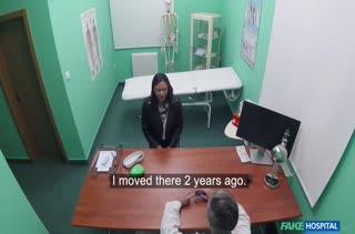 Доктор без остановки волтузит пациентку по всему кабинету
