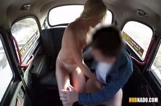 Жесткое любительское порно с блондинкой прямо в машине