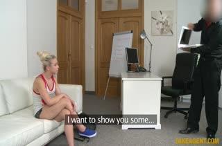 Блондинку трахают и кончают ей в рот на порно кастинге