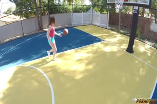 Danni Rivers крутит своей попкой на спорт площадке
