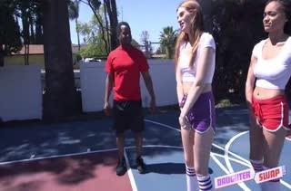 Симпотные телочки проиграли парням свои писечки в баскетбол