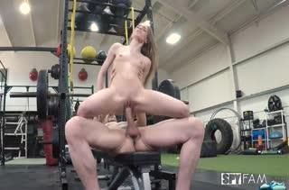 Тощая девка жестко трахается с парнем в спортзале