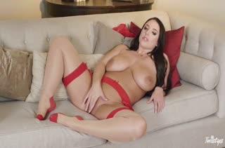Зрелая Angela White классно мастурбирует на диванчике