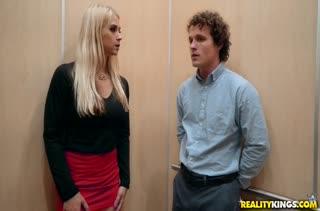 Пошлая сисястая блондинка давится членом в лифте